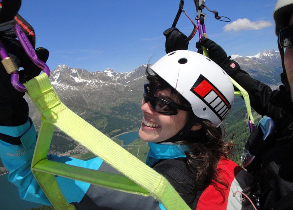 Auch unsere Autorin Natalie Lazar konnte dem Malojawind nicht widerstehen und wagte einen Tandemflug mit dem Gleitschirm