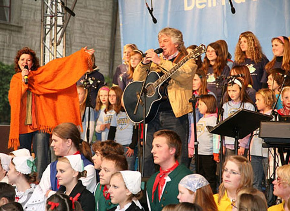 """""""So go and spread the news from east to west: Europe's coming and you are its very best"""" (Children of Europe, Musik und Text: Rolf Zuckowski, Musik für dich OHG)"""
