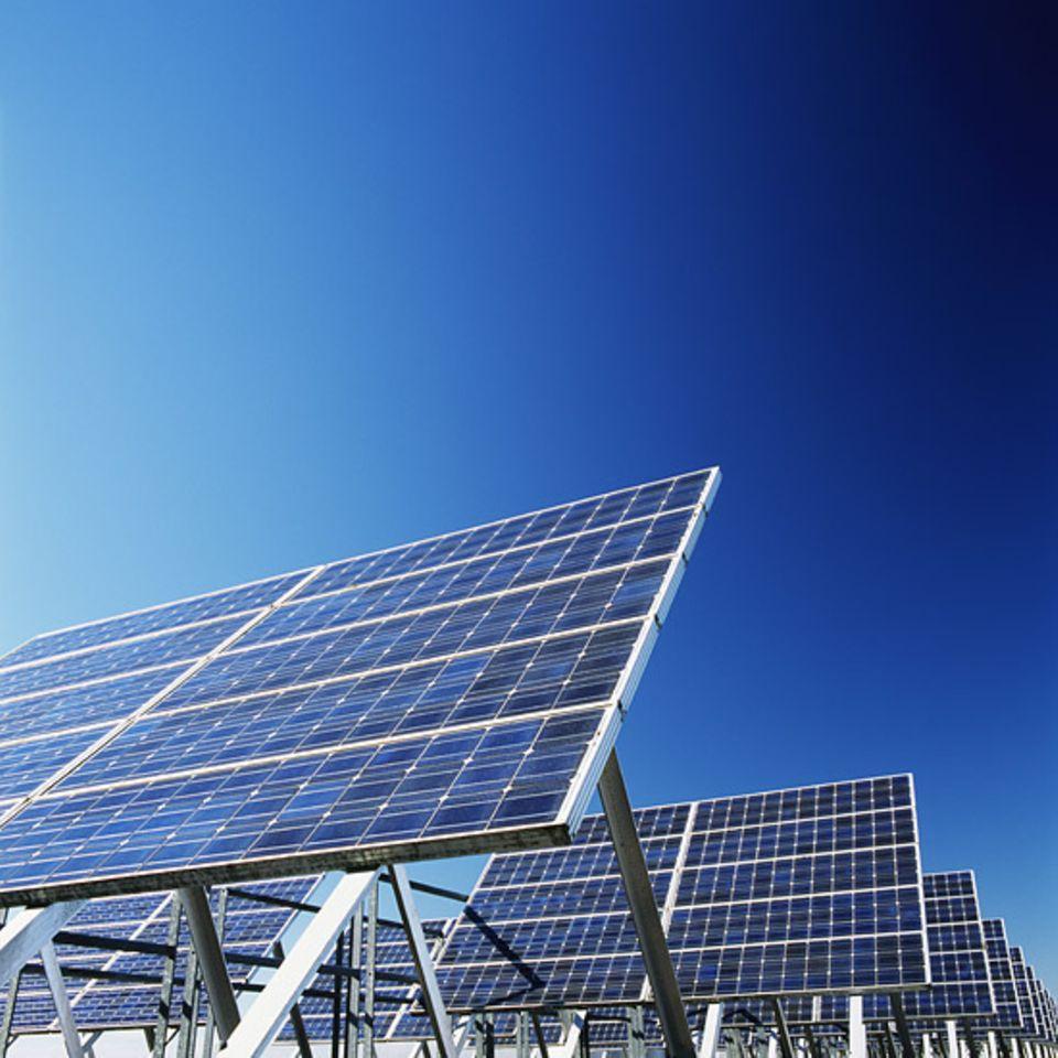 """Energiewende: Sonnenernergie ist nicht immer und nicht überall verfügbar. Experten zufolge droht ein """"Systemkonflikt"""" mit konventionellen Kraftwerken, die Strom rund um die Uhr produzieren"""