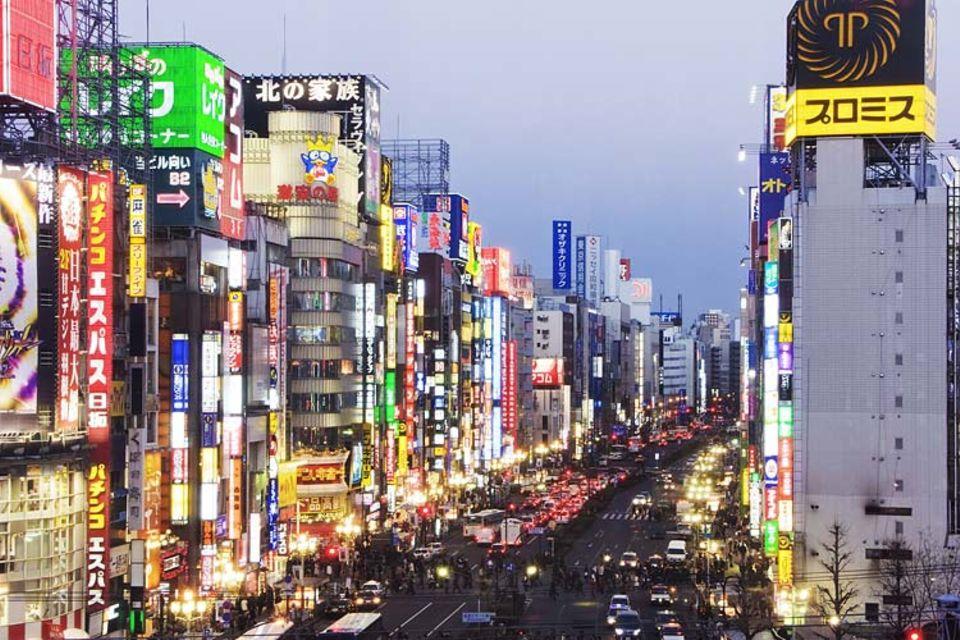 Lichtermeer im Shinjuku District in Tokio