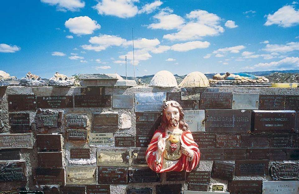 Argentinien: Für Wundertaten der Difunta bedanken sich die Gläubigen mit Dankesplaketten, manchmal auch mit Jesus-Büsten. Der katholischen Kirche wäre eine strikte Trennung zwischen Volksglaube und Staatsreligon lieber