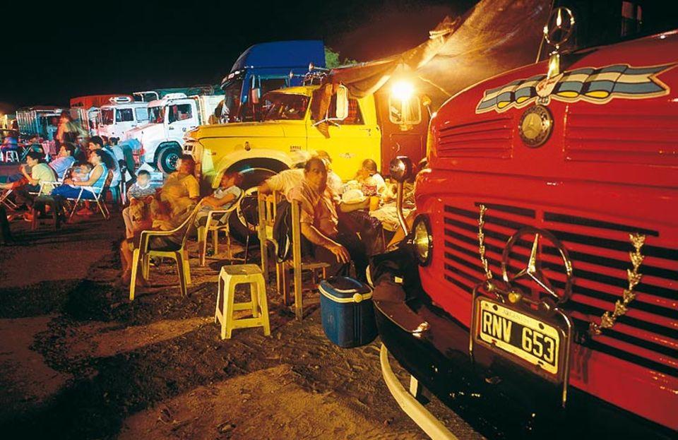 Argentinien: Hier wird nicht gefastet! Gekühltes Bier und Grillwurst markieren den Höhepunkt des Fernfahrer- Festes am Wallfahrtsort