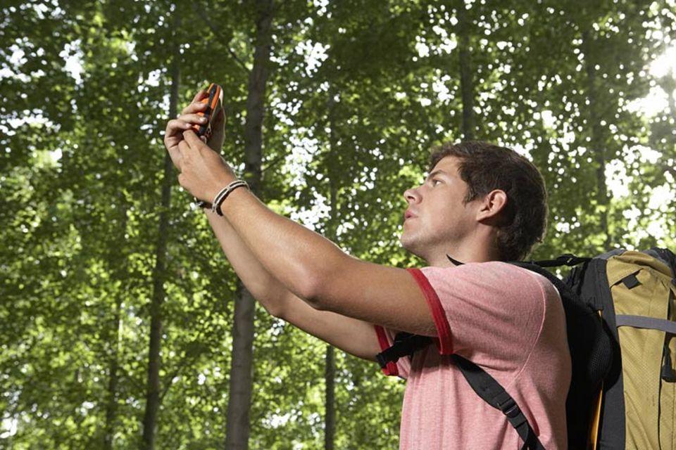 Mit dem GPS-Empfänger und Hilfe der Satelliten könnt Ihr Eure Position bestimmen.