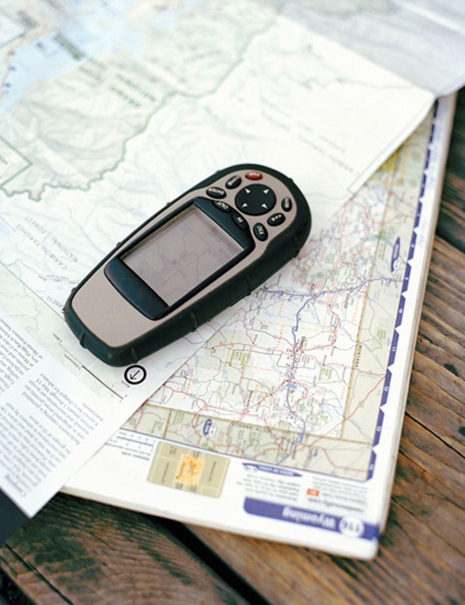 Handwerkszeug eines Geocachers: Karte und GPS-Empfänger.