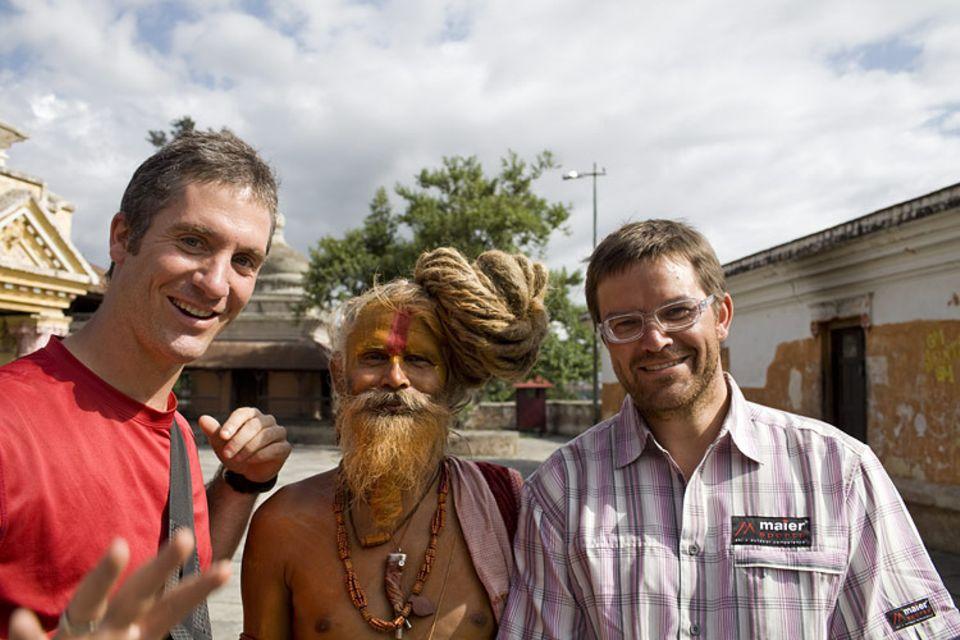 Film: Die Annapurna-Runde: Fotograf Matthieu Paley (links) und Autor Tom Dauer mit Sadhu Ganga Das Baba, einer von ungezählten höchst inspirierenden Straßenbekanntschaften.