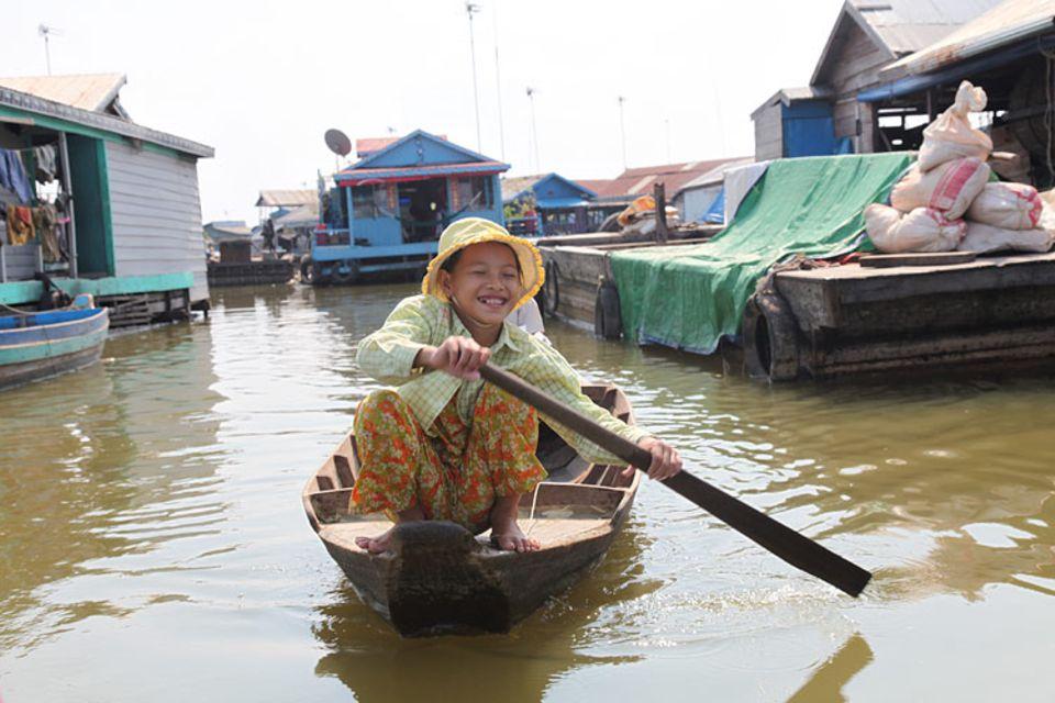 Kambodscha: Chan Thy und Thán sind auf dem Weg zur Schule. Wer im schwimmenden Dorf sein Haus verlassen will, braucht ein Boot.