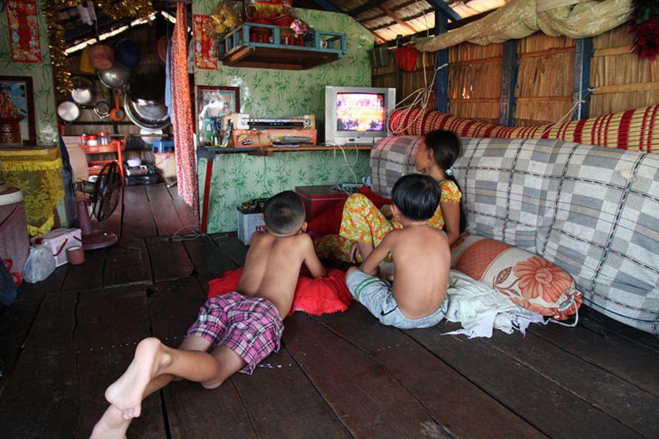 Kambodscha: Nach der Arbeit haben sich alle eine Pause verdient – am liebsten bei Trickfilmen im Fernsehen.