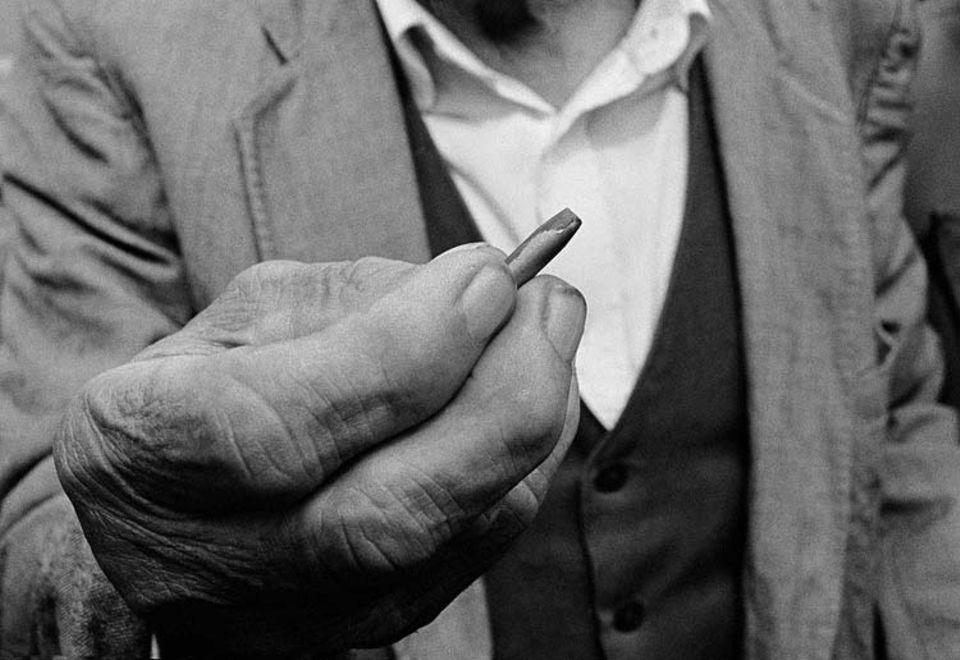 Eine Kugel hat Armand Donda aus dem Dorf Perlat getötet, nun sinnt sein Vater auf Rache. In abgelegenen Regionen Albaniens kam es im Machtvakuum nach dem Untergang des kommunistischen Regimes zu einem Wiederaufleben jenes Kodexes, nach dem Familien das Recht selbst in die Hand nehmen und bis heute jeden Mord mit Mord vergelten