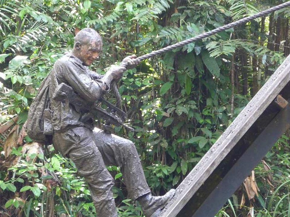 Legionär Nikolai Potapov klettert nach mehreren vergeblichen Versuchen eine schlammige schräge Wand hoch