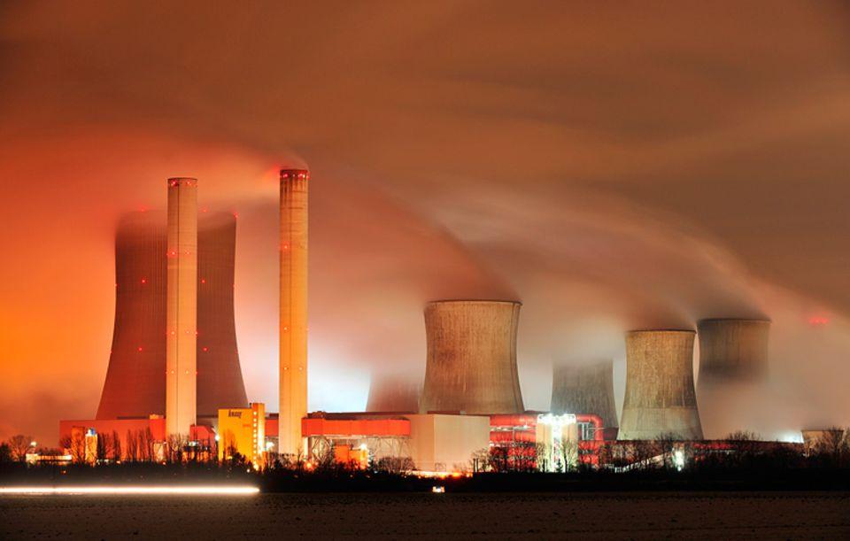 Klimawandel: Das Braunkohlekraftwerk Niederaußem in Nordrhein-Westfalen gehört zu den weltweit modernsten. Und ist doch eine der größten CO2-Schleudern Europas, mit fast 30 Millionen Tonnen Ausstoß pro Jahr. Sein Betreiber: der im Emissionshandel aktive Energiekonzern RWE