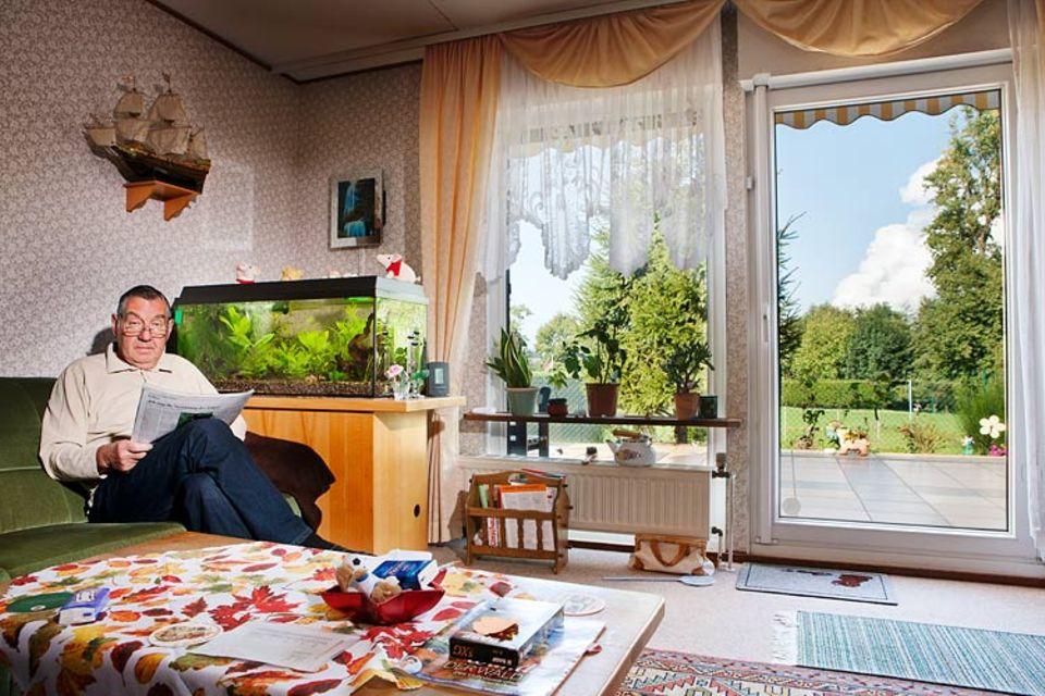 """Klimawandel: Der Strom für das Aquarium von Hans-Joachim Gille in Bergheim-Rheidt kommt aus Kraftwerken wie jenem, dessen Dampfwolke vor seinem Fenster aufsteigt. Dass die CO2-Emission nicht hier, sondern in einer ganz anderen Weltgegend """"kompensiert"""" wird, weiß Gille nicht. Aber auch er bezahlt dafür"""