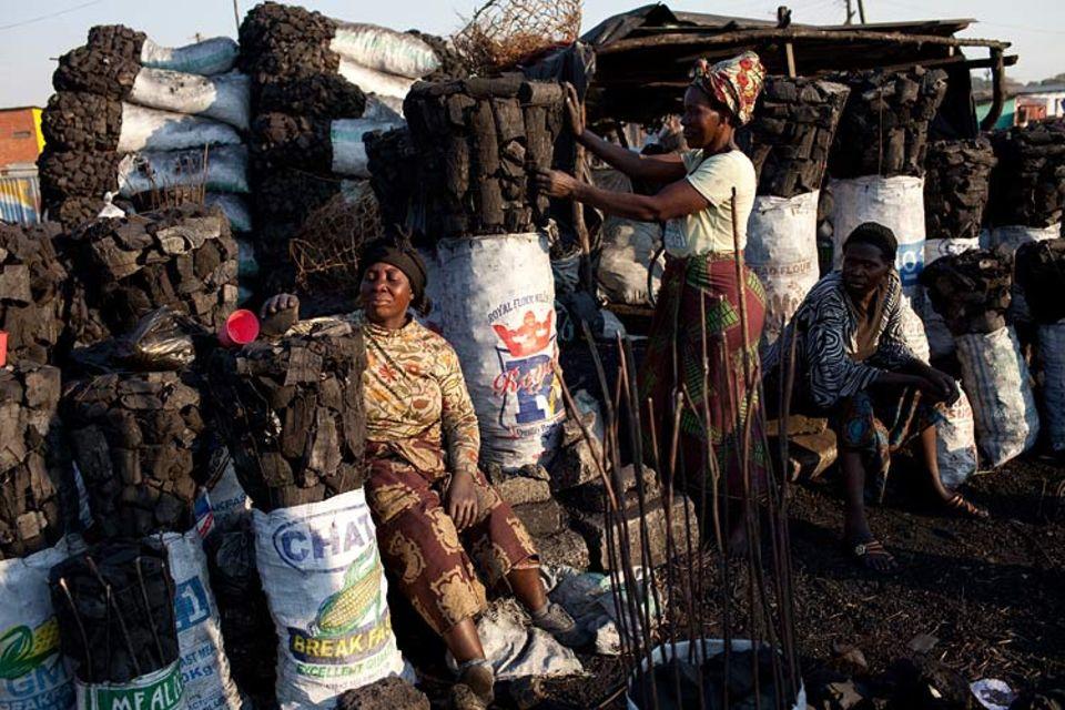 Klimawandel: Ein Markt in Lusaka, der Hauptstadt von Sambia. Für die hier gehandelte Holzkohle werden ganze Wälder gerodet. Geld aus dem Emissionshandel soll helfen, die Abholzung zu stoppen, vor Ort also dem Klimaschutz dienen. RWE hilft