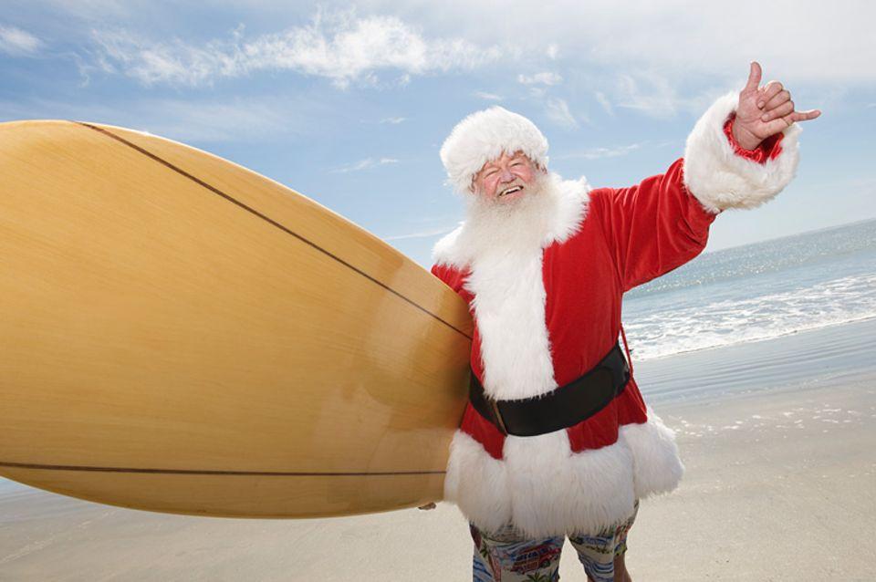 Weihnachten: Father Santa kommt in Australien auf dem Surfboard.