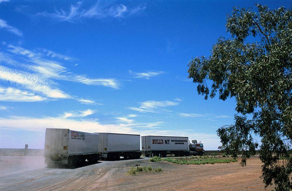 LKWs: In Australien bewältigen die Roadtrains schon seit vielen Jahren einen großen Teil des Güterverkehrs.