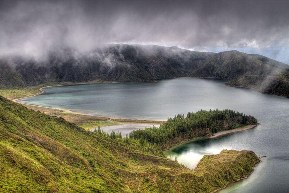 In einem Moment, als starke Luftströme Nebel und Wolken über dem Lagoa do Fogo auf den Azoren aufwirbelten, gelang GEO-Leser Manfred Föger aus Innsbruck diese Aufnahme. Er ist damit Gewinner des GEO.de-Wettbewerbs im Januar