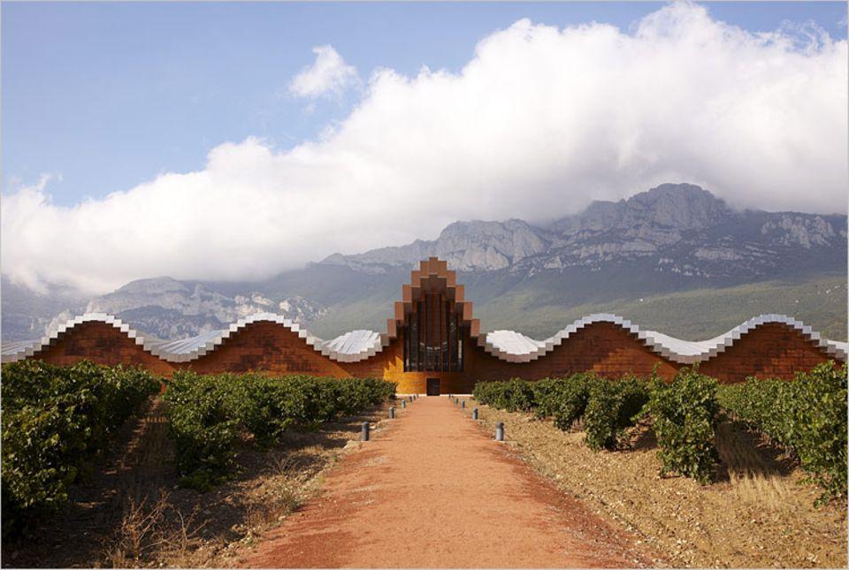 """Die von Santiago Calatrava entworfenen """"Bodegas Ysios"""" sind von Laguardia aus ein schönes Wanderziel"""