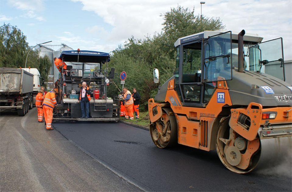 Straßen: Straßenbauer im Dauereinsatz bei der Ausbesserung von Schlaglöchern