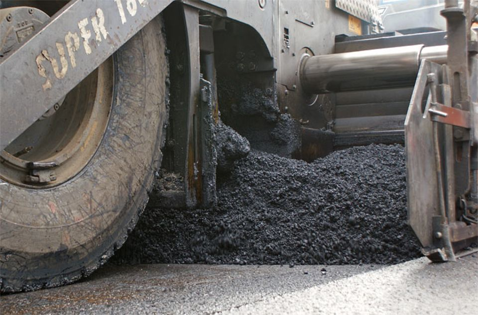 Straßen: Eine Öl-Wachs-Kombination lässt das abgefräste Material wieder zähflüssig werden. Der recycelte Asphalt kann sogar für die Deckschicht der Fahrbahn verwendet werden