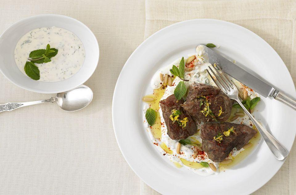 Reisetipps: 1001 Köstlichkeit: Orientalische Köstlichkeit: Lammkeule mit Joghurt-Sauce