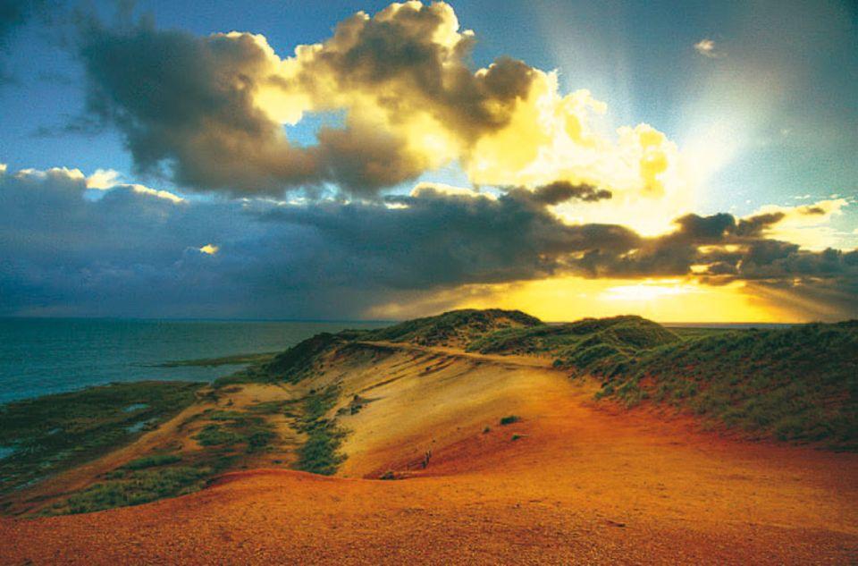Es werde Licht! Sonnenaufgang am Morsumer Kliff auf Sylt. Mit dieser Aufnahme wurde Monika Kaspers aus Duisburg Gewinnerin des GEO.de-Wettbewerbs im Februar