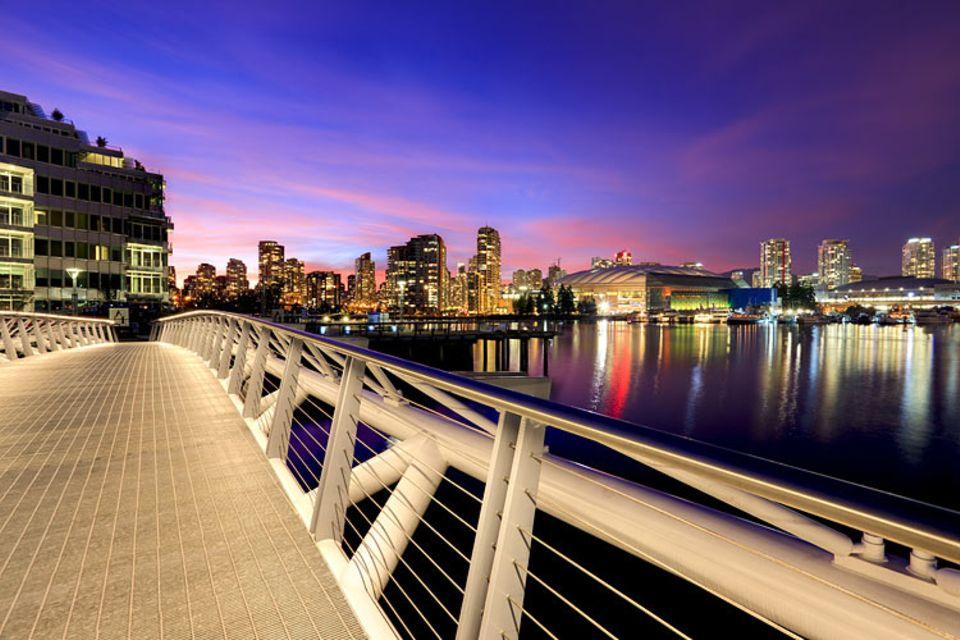 Städtereise: Sehbrücke: Blick vom Olympischen Dorf über den False Creek nach Downtown