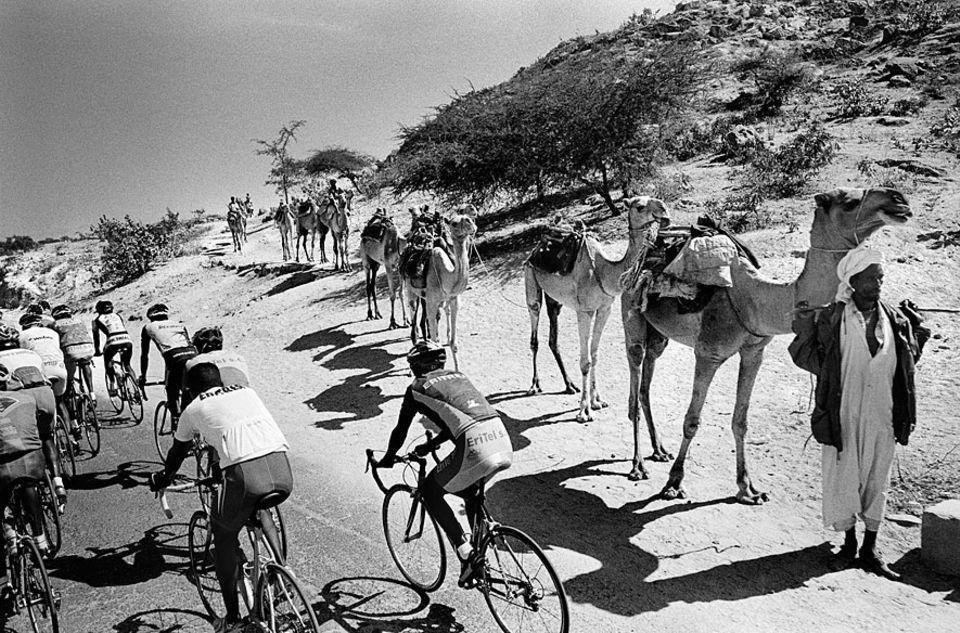 Tour of Eritrea: Den Beduinen ist der Anblick hautenger Trikots vertraut: Auf den fast autofreien Straßen Eritreas trainieren Tausende Amateure und rund 100 Profis