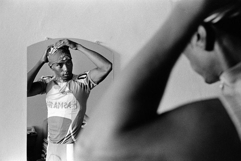 Tour of Eritrea: Janni Tewelde macht sich startklar für sein erstes internationales Radrennen; seit Neuestem fahren bei der »Tour of Eritrea« auch ausländische Teams mit – aus dem Sudan etwa und aus Libyen