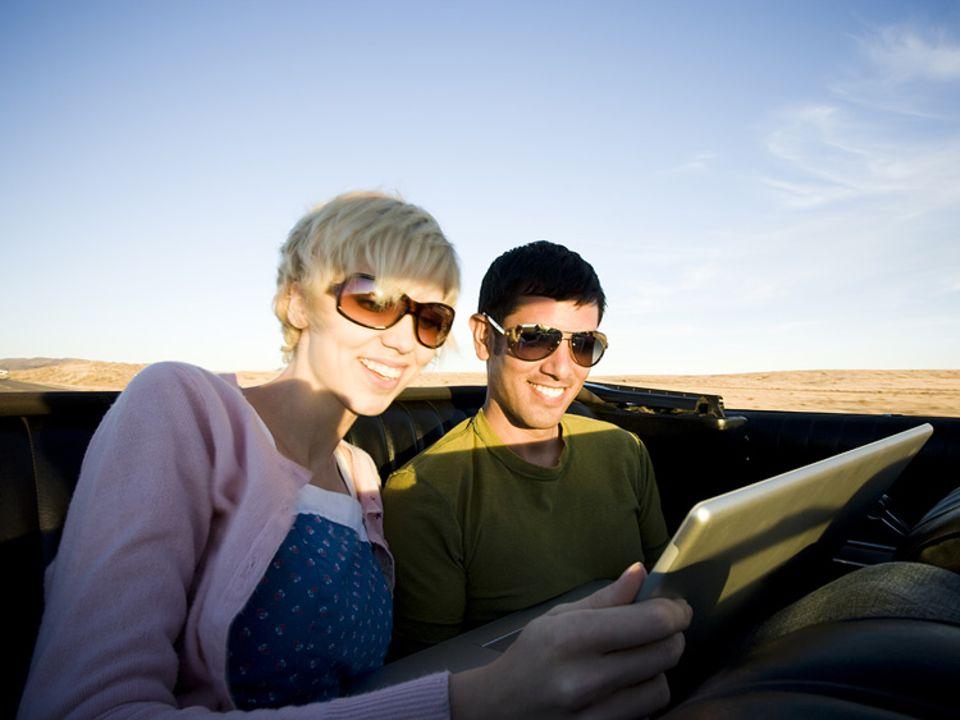 Marketing: Ob schon unterwegs oder noch daheim: Die Werbung kommt über Facebook und Twitter schon irgendwie an