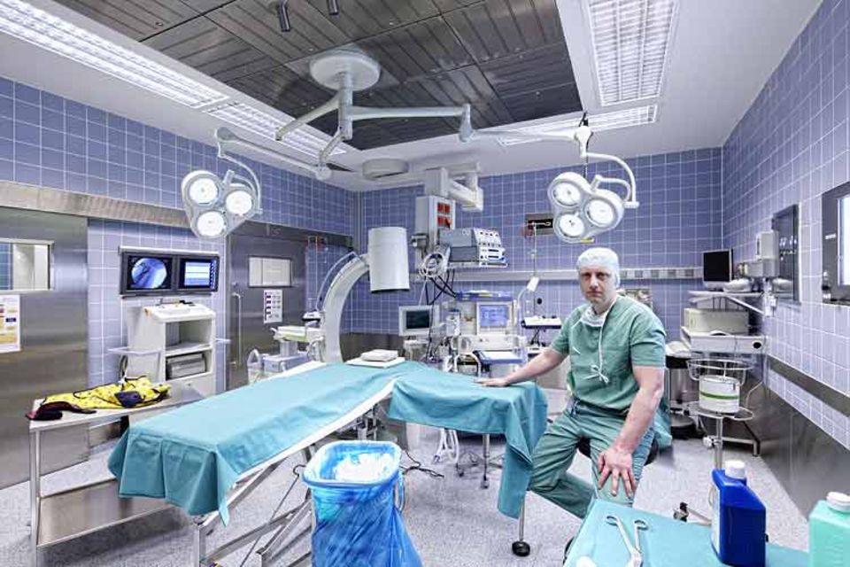 Wenn er Rufbereitschaftsdienst hat, arbeitet Unfallchirurg Oliver Born 80 bis 90 Stunden pro Woche. Dabei kann es vorkommen, dass er nach einer Tagschicht nachts zu einem Notfall in den OP gerufen wird, bis vier Uhr operiert, kurz schläft und dann um zehn Uhr zur nächsten Schicht antreten muss. Manchmal fühlt er sich dann so gerädert, dass ein anderer Arzt den Dienst für ihn übernimmt