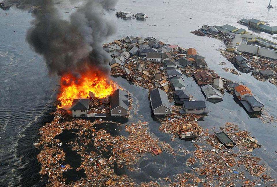 Erdbeben: Ganze Ortschaften wurden am Freitagnachmittag (Ortszeit) von dem Tsunami weggespült, zahlreiche Brände brachen aus
