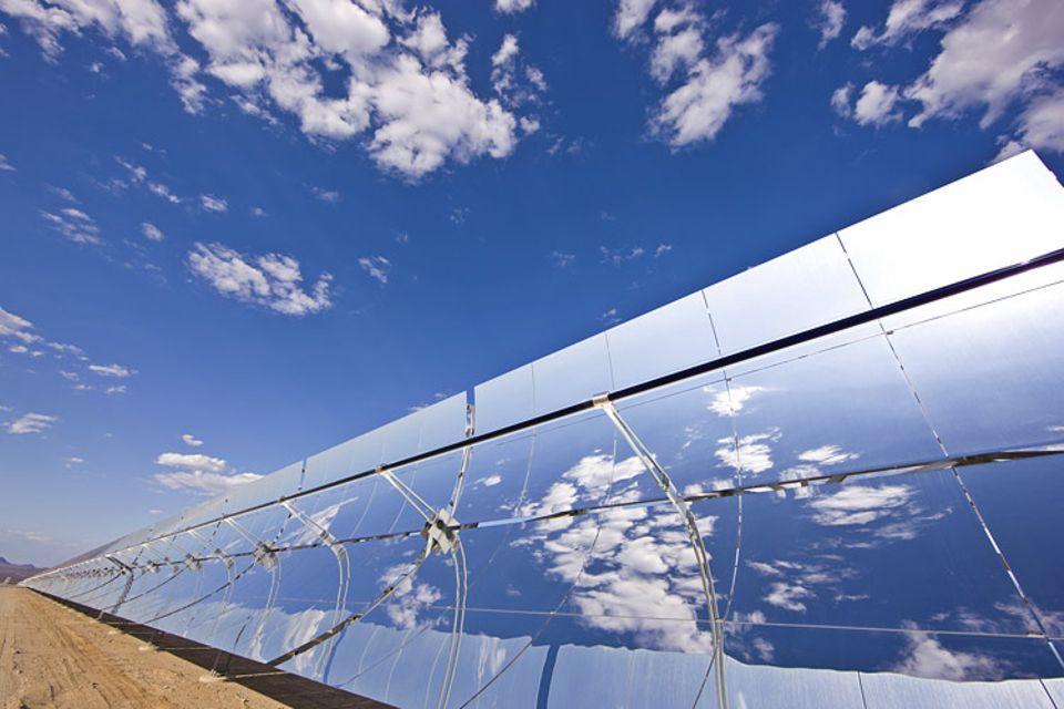 Energiewende: Parabolrinnenkraftwerk in Kalifornien: Die gebündelten Sonnenstrahlen erhitzen mit Öl gefüllte Leitungen. Mit der heißen Flüssigkeit wird Wasserdampf erzeugt, der Turbinen antreibt