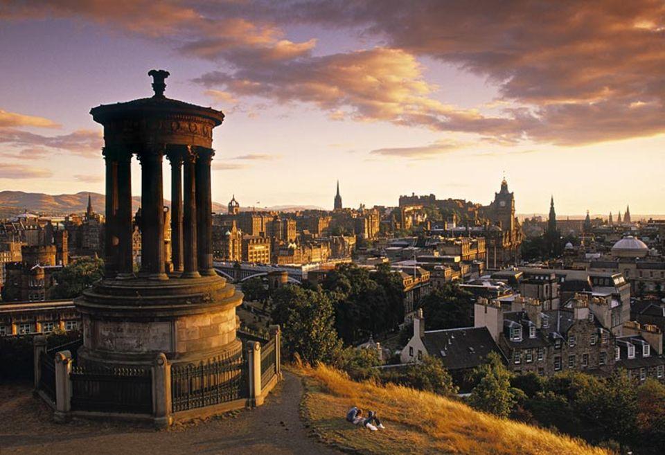 Städtereise: Blick von Carlton Hill auf Edinburgh: Das Monument erinnert an den Philosophen Dugald Stewart