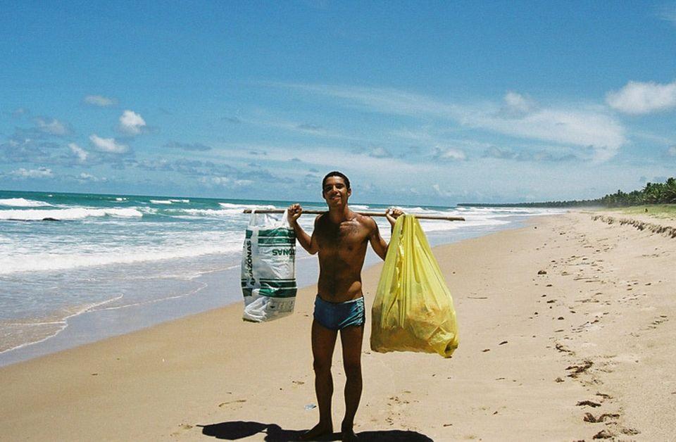 Grüne Palme: Statt Muscheln sammelt Fabiano Prado Barretto Abfall aus aller Welt ein
