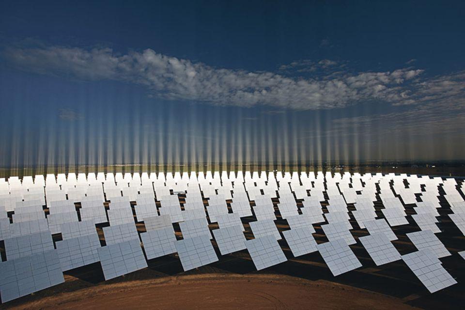 Energie: Hunderte Spiegel fangen Sonnenstrahlen in einem Solarkraftwerk bei Sevilla, Spanien, auf