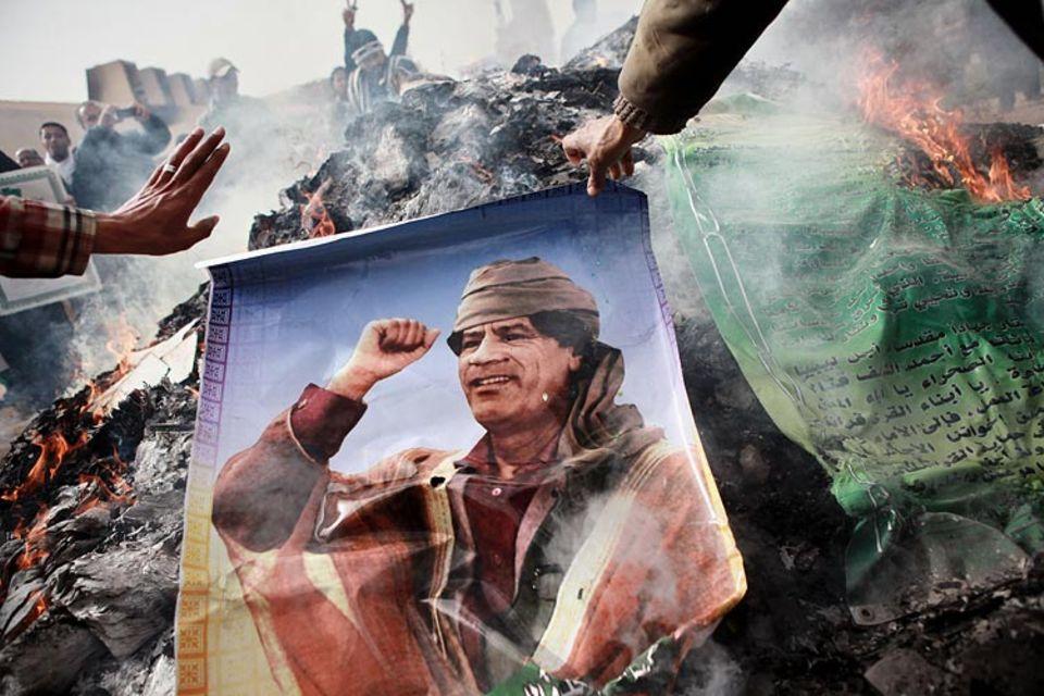 Arabien: Demonstranten verbrennen Bilder von Machtinhaber Muammar al-Gaddafi
