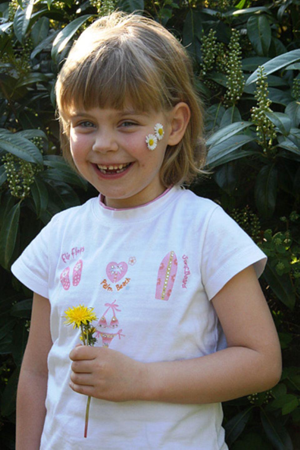 Raus in die Natur: Fedora trägt ein Blumen-Tattoo