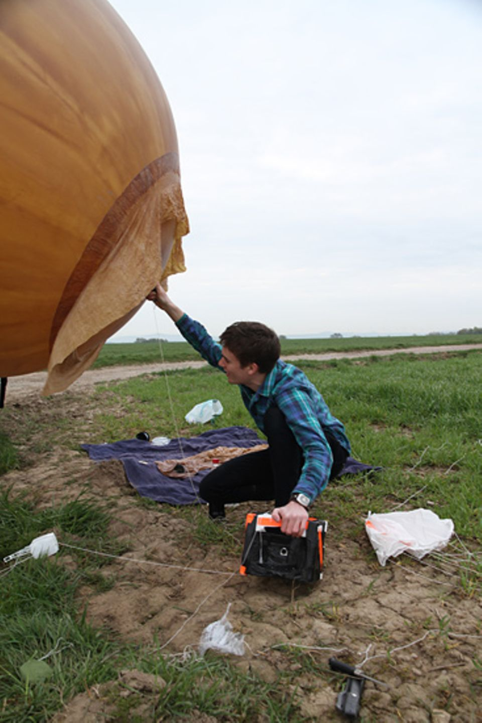 Space Ballon: Ein letztes Mal überprüft Tobias ob alles startklar ist