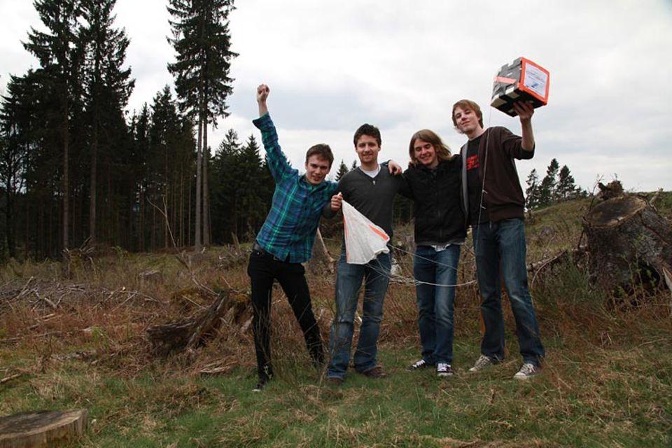 Space Ballon: Tobias Lohf, Marcel Dierig, Marvin Rissiek und Tristan Eggers jubelnd über die wiedergefundene Kamera
