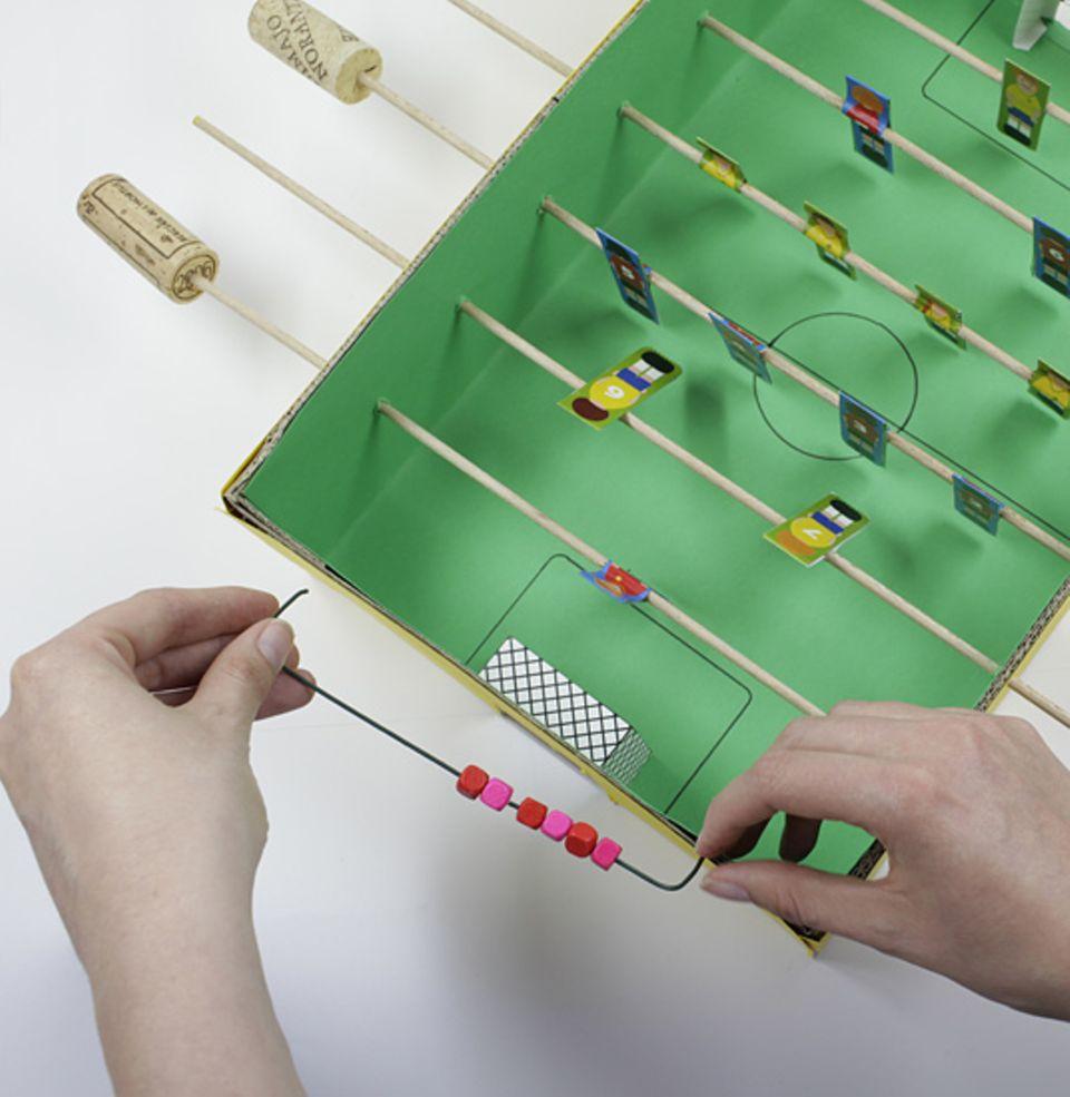 Basteltipp: Tischkicker aus Pappe