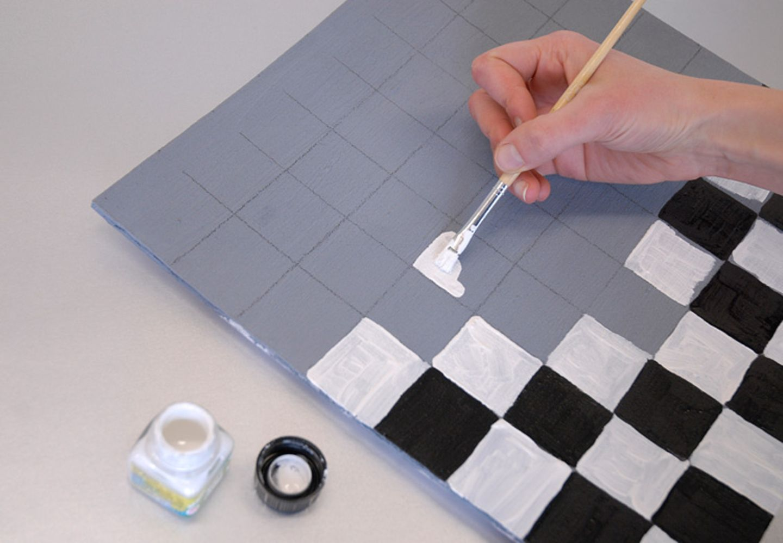 Bastelanleitung: Wer zuerst die weißen und dann die schwarzen Felder des Schachbretts ausfüllt, vermeidet Schmierflecken beim Anmalen!
