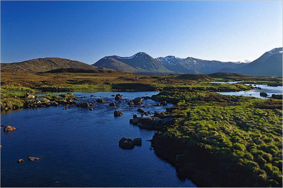 Wandern: Wasser ist in Schottland allgegenwärtig - in Form von Flüssen, Seen, Moor oder Regen
