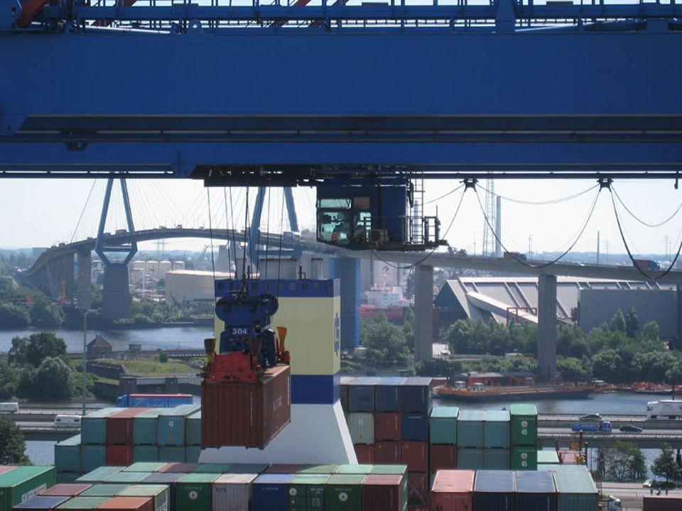 Beruf: Ein Container wird mit dem Spreader vom Schiff gelöscht