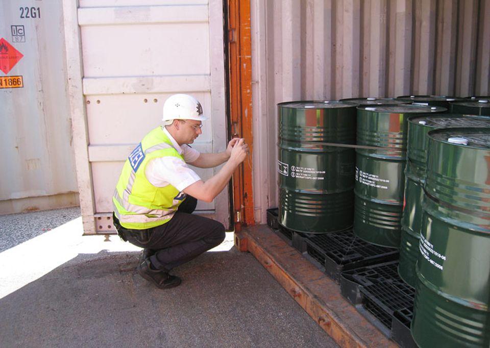 Wasserschutzpolizei: Matthias Flade schaut sich den Container genau an