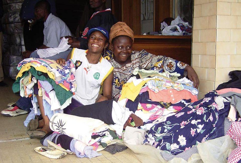 Altkleidersammlungen: Second-Hand-Textilien spielen in Afrika eine große Rolle. Denn viele Menschen können sich Neuware nicht leisten