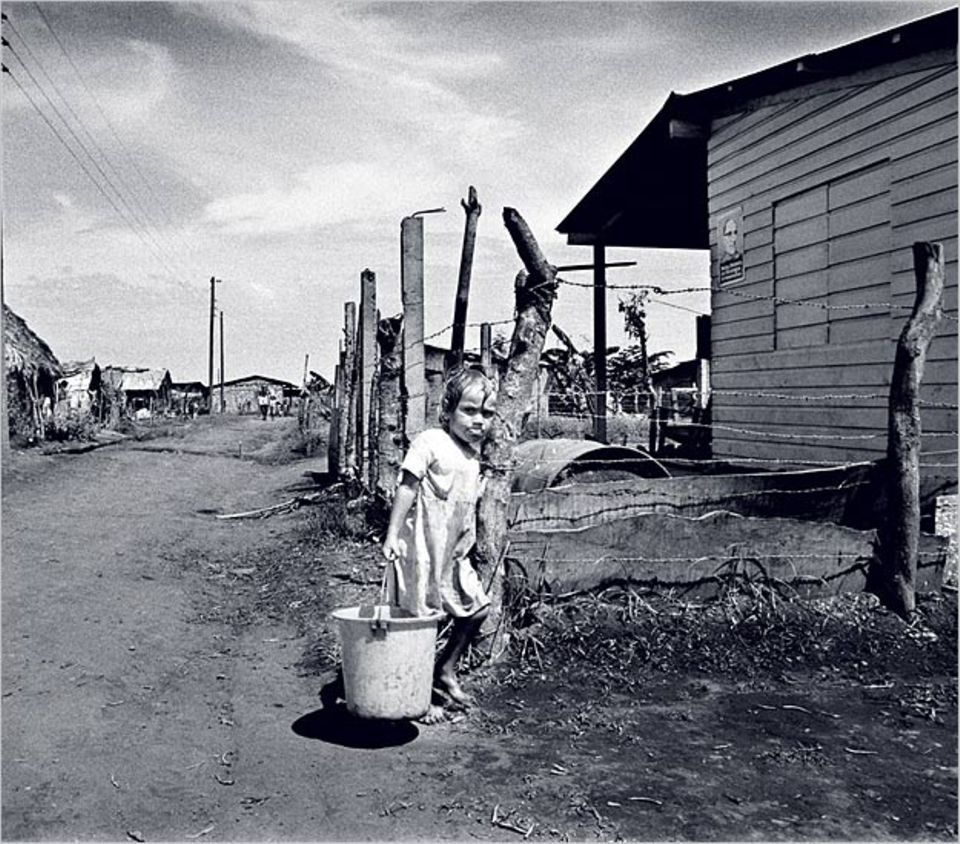 Mit trotziger Entschlossenheit schleppt dieses Kind in Managua aus einer Zapfstelle einen Eimer Wasser für den täglichen Familienbedarf herbei. GEO-Leser Peter Hense aus Ratingen gewinnt mit der Aufnahme den GEO.de-Wettbewerb im Juli