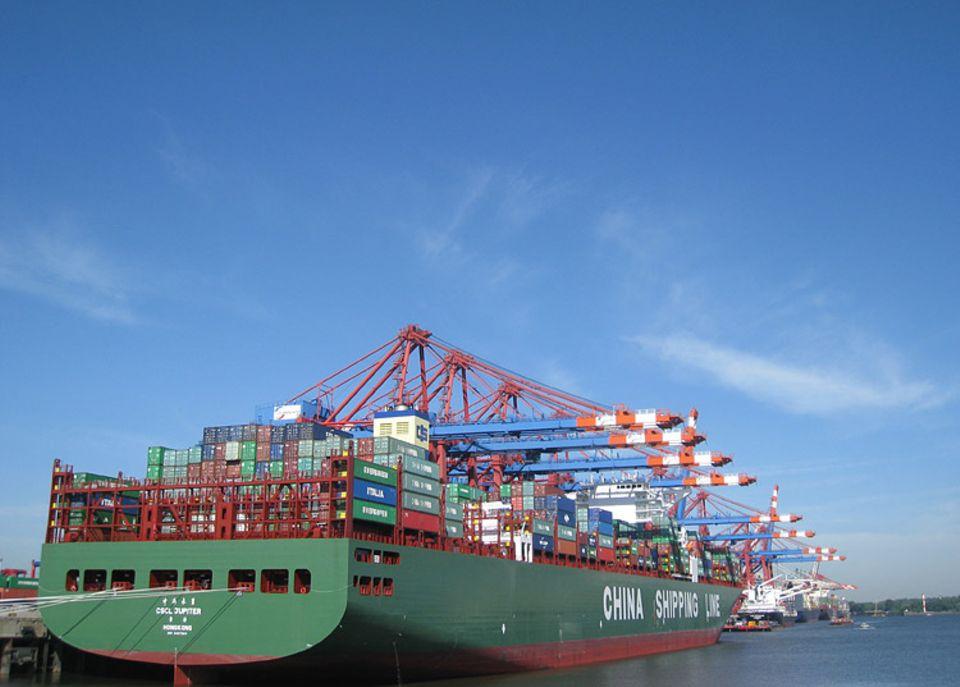 Hafen: Die CSCL Jupiter lädt bis zu 14 000 Container