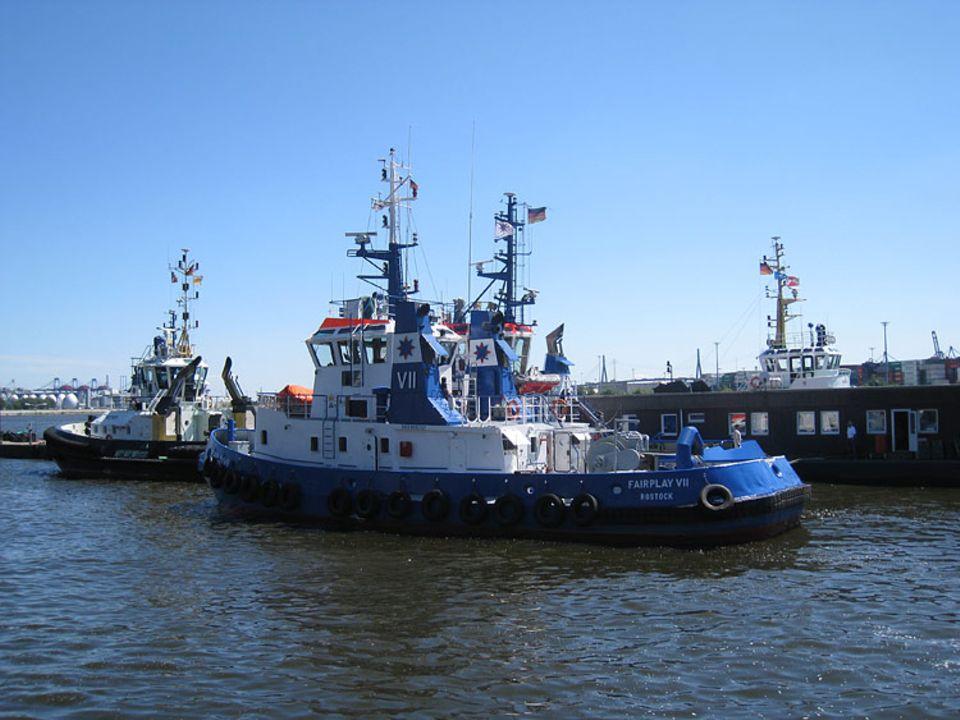 Hafen: Die Fairlay VII hilft beim Einfahren in den Hafen