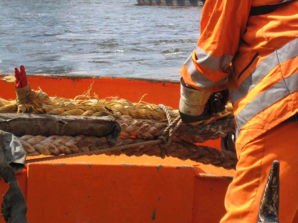Hafen: Die Festmacher vertauen das Schiff an der Kaimauer