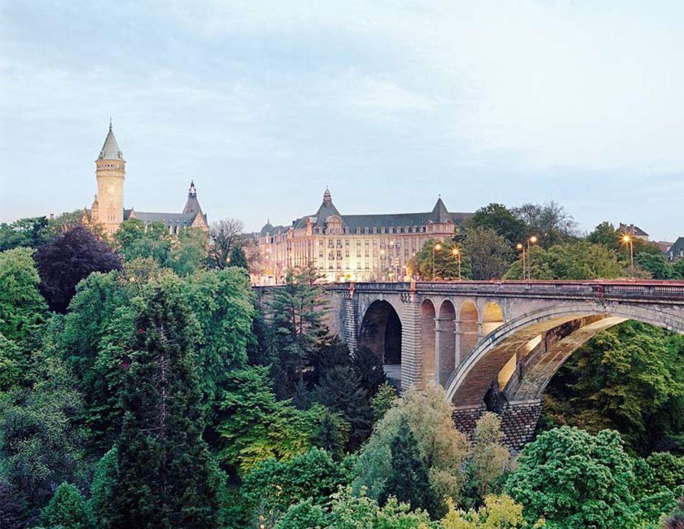 Städtereise: Früher Sitz der Benediktinermönche, dann Gefängnis, heute ein Kulturzentrum: Die Abtei Neumünster steht am Ufer der Alzette im Stadtteil Grund. Oben links: der Bockfelsen