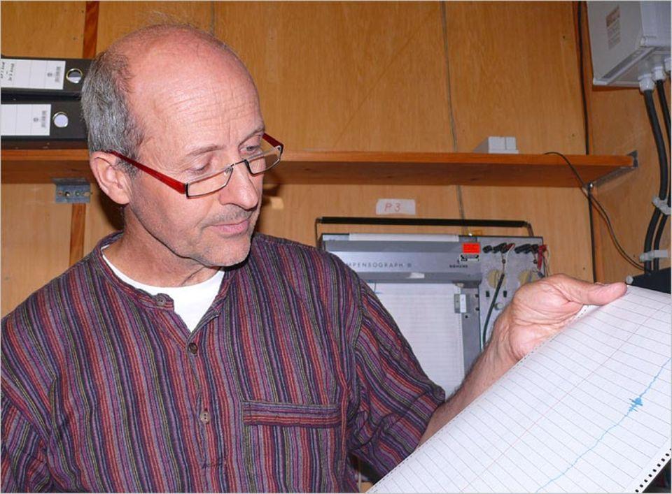 Geophysik: Rudolf Widmer-Schnidrig studiert die Aufzeichnungen eines Seismographen